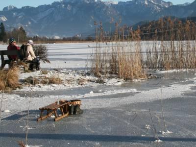 Ob Schlittschuhlaufen, Eisstockschießen oder sogar Eissegeln – rund um den Weißensee ist für jede Menge Winterspaß gesorgt